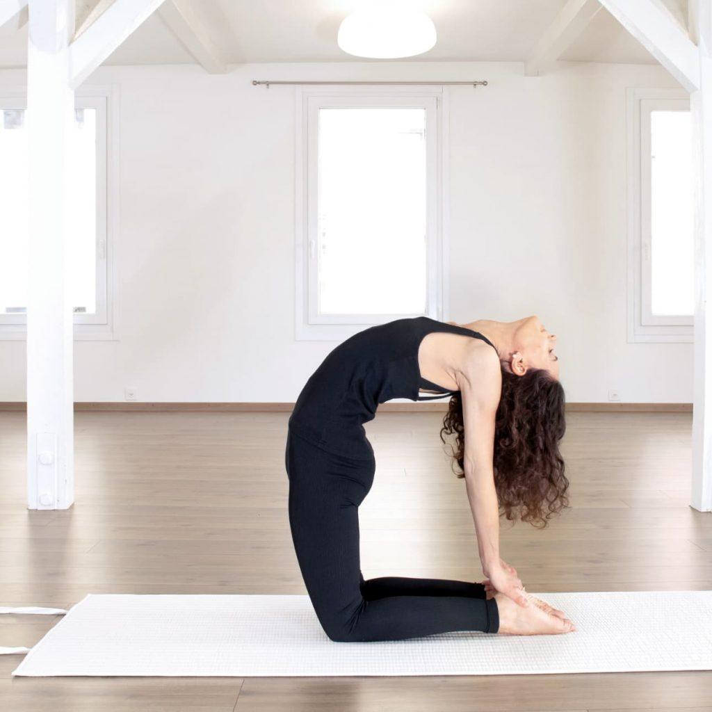 Yogapose auf nachhaltiger Baumwollmatte von terrtus
