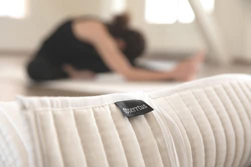Baumwoll-Yogamatte-gerollt-hintergru
